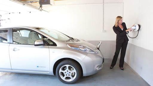 elektromobilio įkrovimas namo garaže
