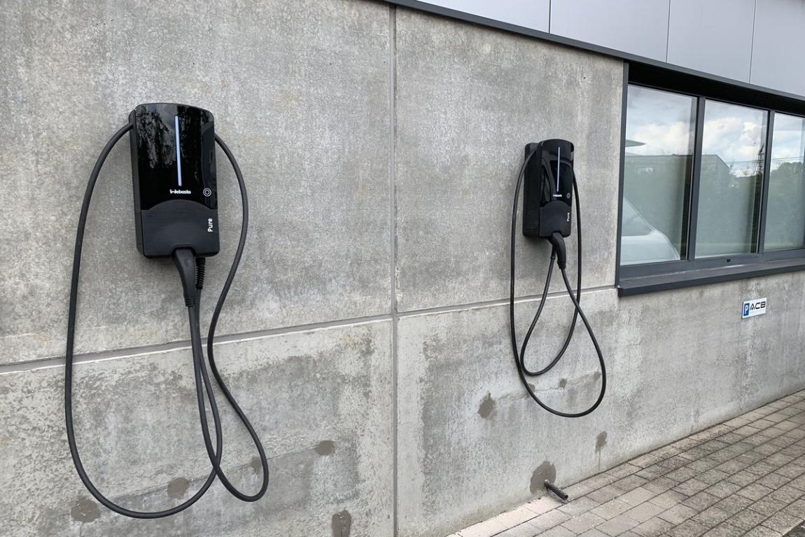 elektromobilio įkrovimas darbe